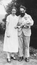 Photograph of Franz Rietzsch and his wife Hanna with their daughter Elisabeth, 1932. Published with permission of UA Herrnhut.